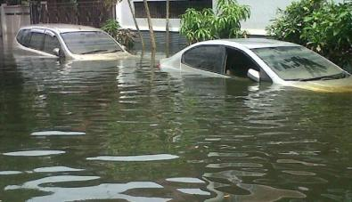 189249_mobil-terendam-banjir-di-pluit_663_382