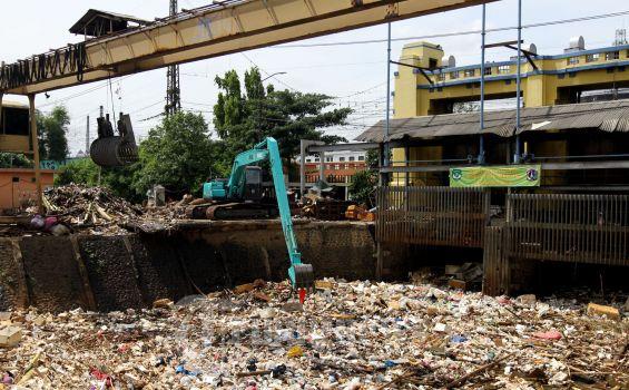 Sampah di Sudut Sungai Kota Jakarta
